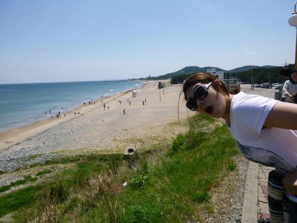 윤기령 overlooking the beach from the rest stop.